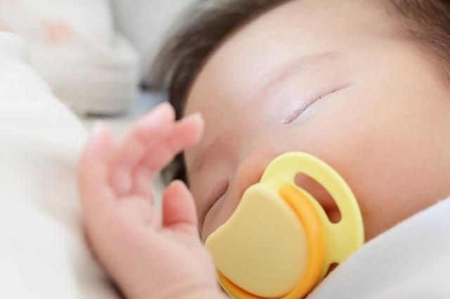 宝宝含着奶嘴睡觉怎么办